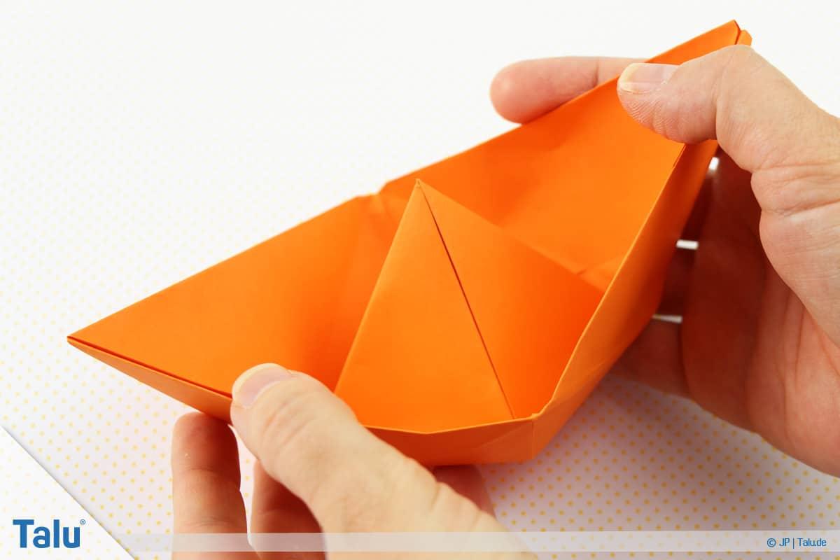 Origami Boot, Schiff basteln, drittes Schiffchen, Papierschiffchen ist fertig