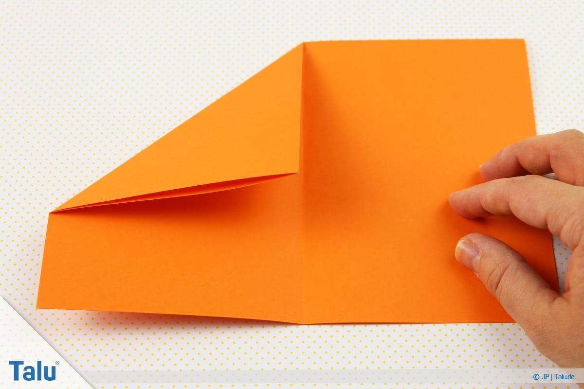 Origami Boot, Schiff basteln, drittes Schiffchen, linke obere Ecke runterfalten