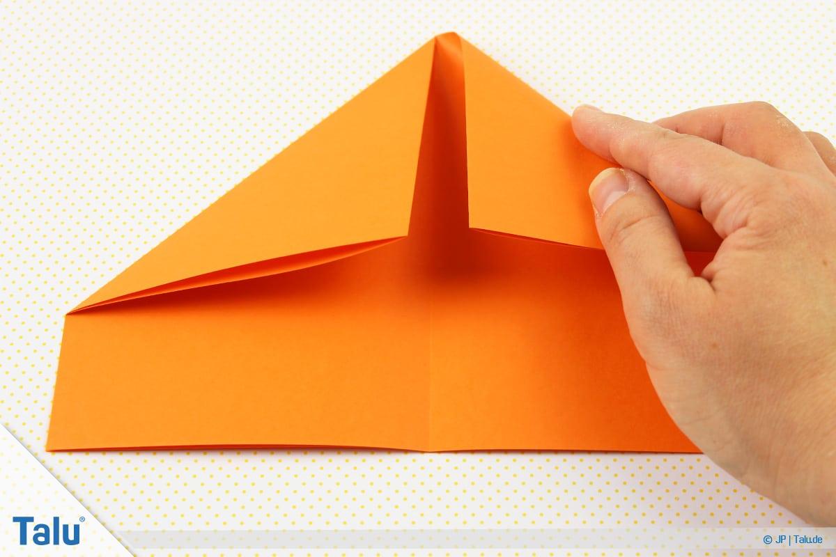 Origami Boot, Schiff basteln, drittes Schiffchen, rechte obere Seite ebenfalls runterfalten