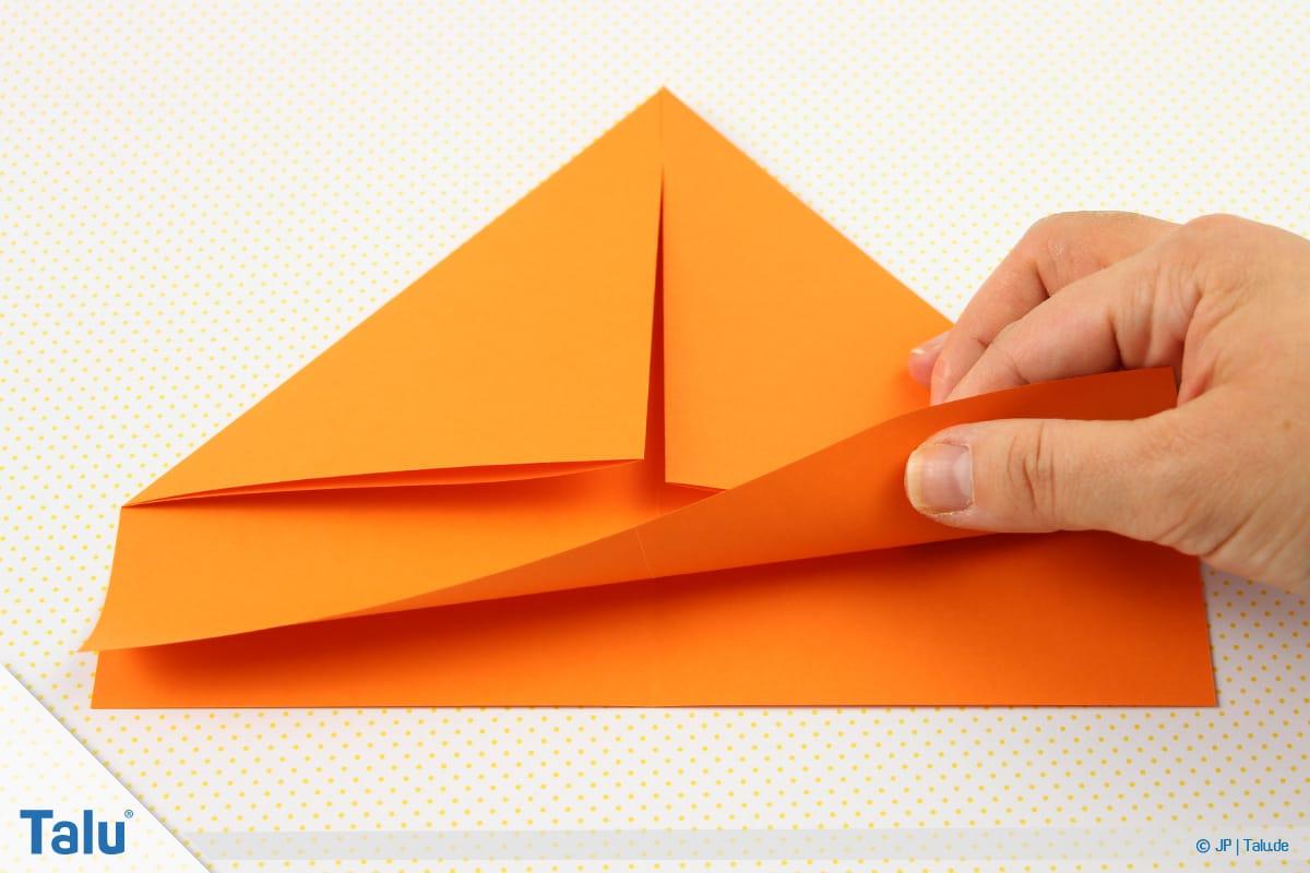 Origami Boot, Schiff basteln, drittes Schiffchen, unteres Rechteck hochfalten