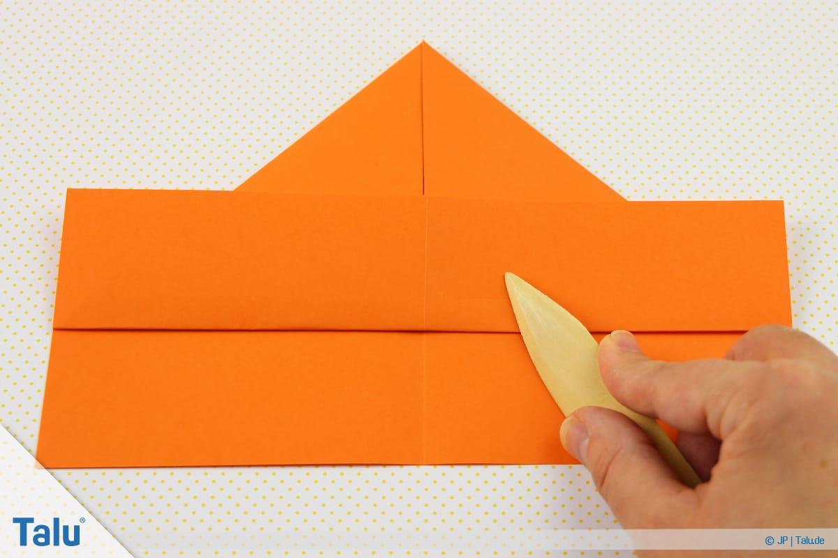 Origami Boot, Schiff basteln, drittes Schiffchen, Faltlinie mit Falzbein nacharbeiten