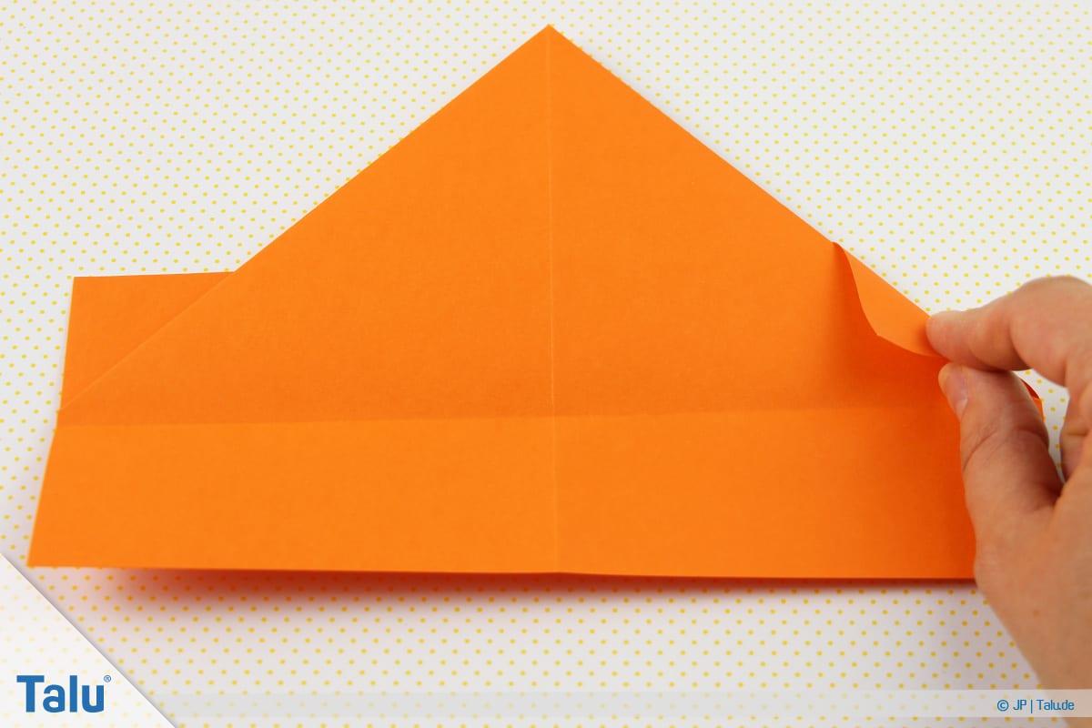 Origami Boot, Schiff basteln, drittes Schiffchen, überstehende Ecken nach innen falten