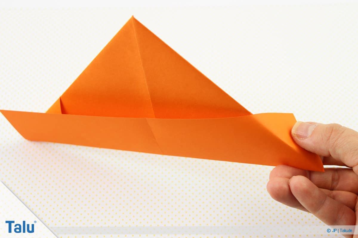 Origami Boot, Schiff basteln, drittes Schiffchen, Ecken umfalten