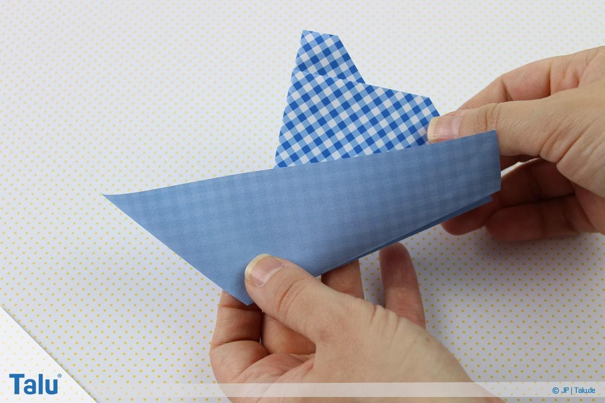 Origami Boot, Schiff basteln, erstes Schiffchen, Vorderseite des Schiffs entsteht