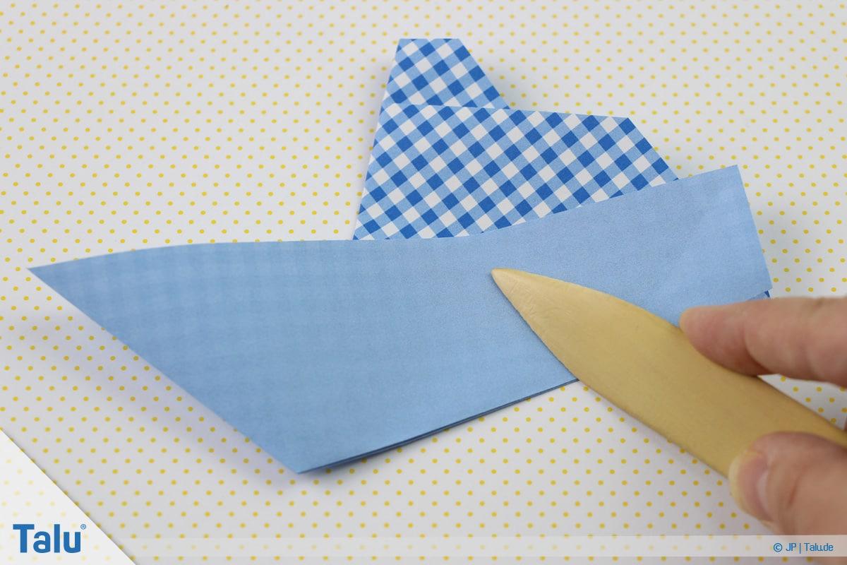 Origami Boot, Schiff basteln, erstes Schiffchen, Faltlinien mit Falzbein nacharbeiten
