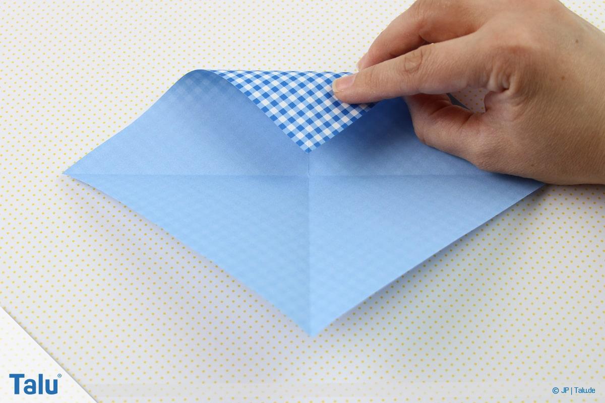 Origami Boot, Schiff basteln, erstes Schiffchen, obere Spitze zur Mitte falten