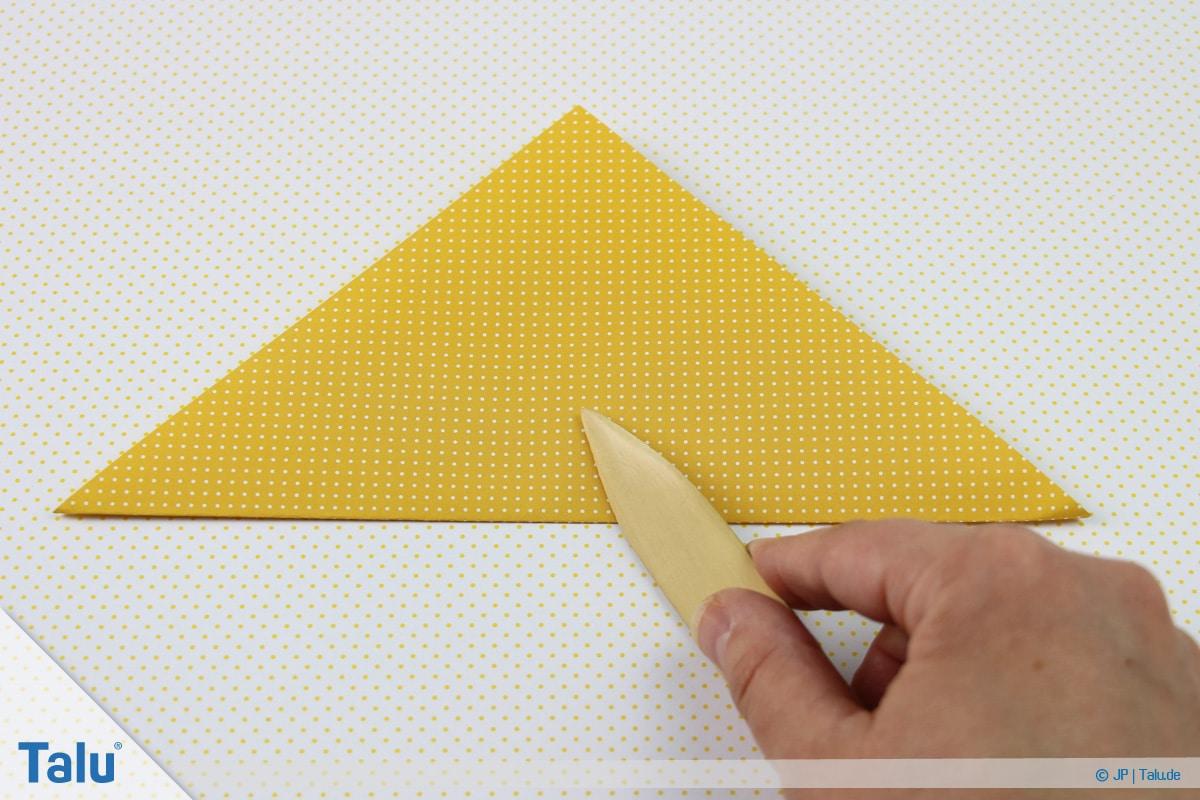 Origami Boot, Schiff basteln, zweites Schiffchen, Dreieck falten