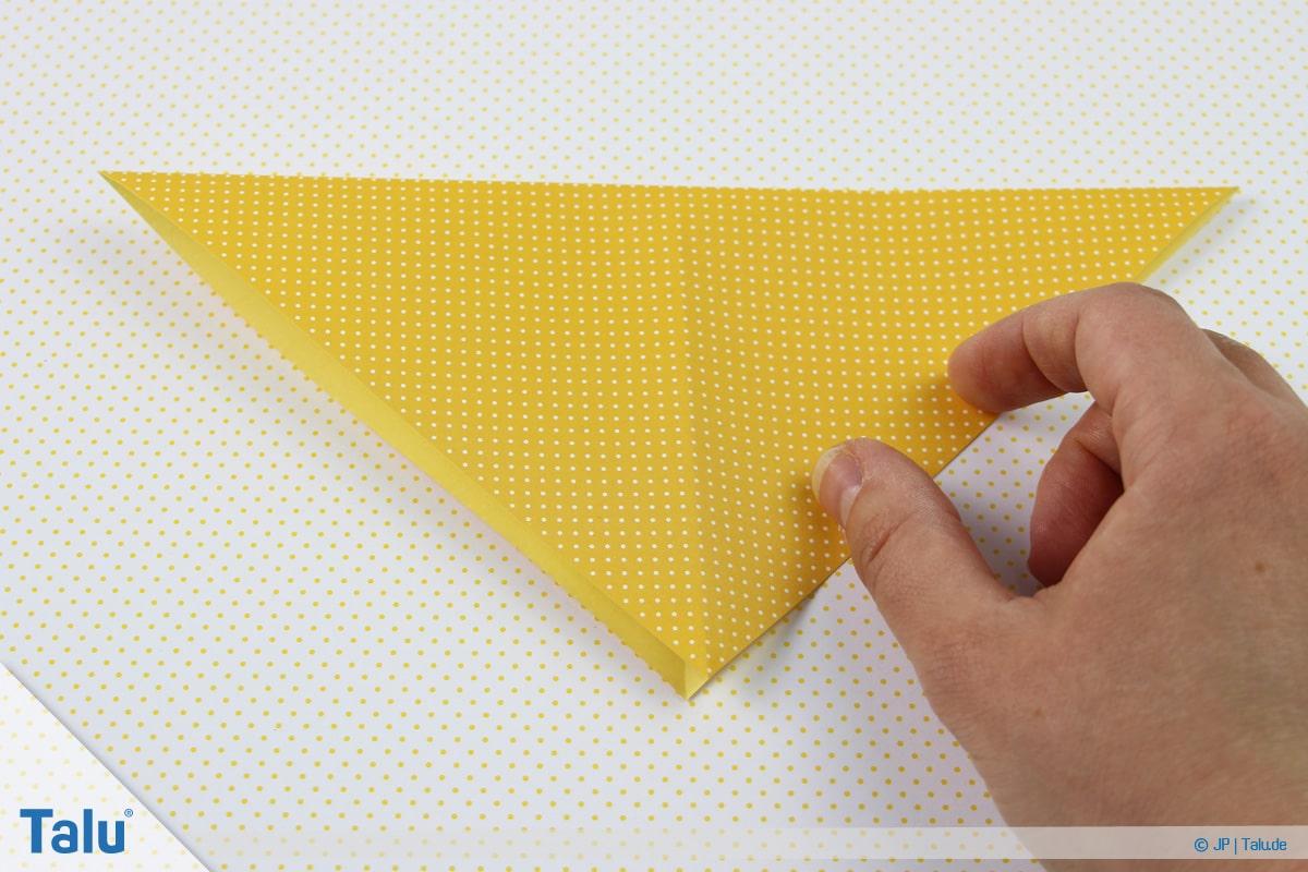 Origami Boot, Schiff basteln, zweites Schiffchen, auf der Spitze stehendes Dreieck entsteht