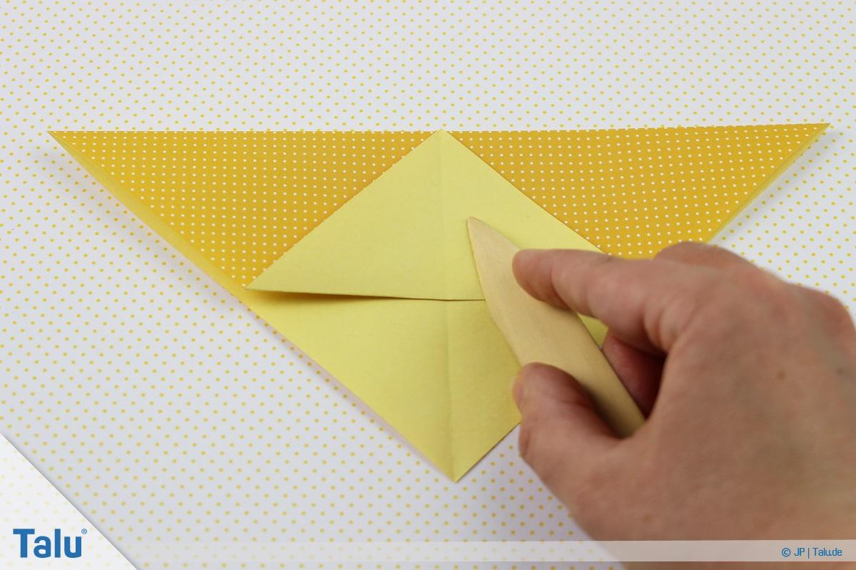 Origami Boot, Schiff basteln, zweites Schiffchen, untere Spitze hochfalten