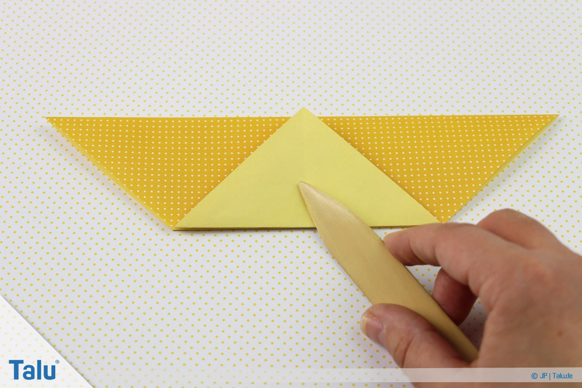 Origami Boot, Schiff basteln, zweites Schiffchen, erneut untere Spitze hochfalten