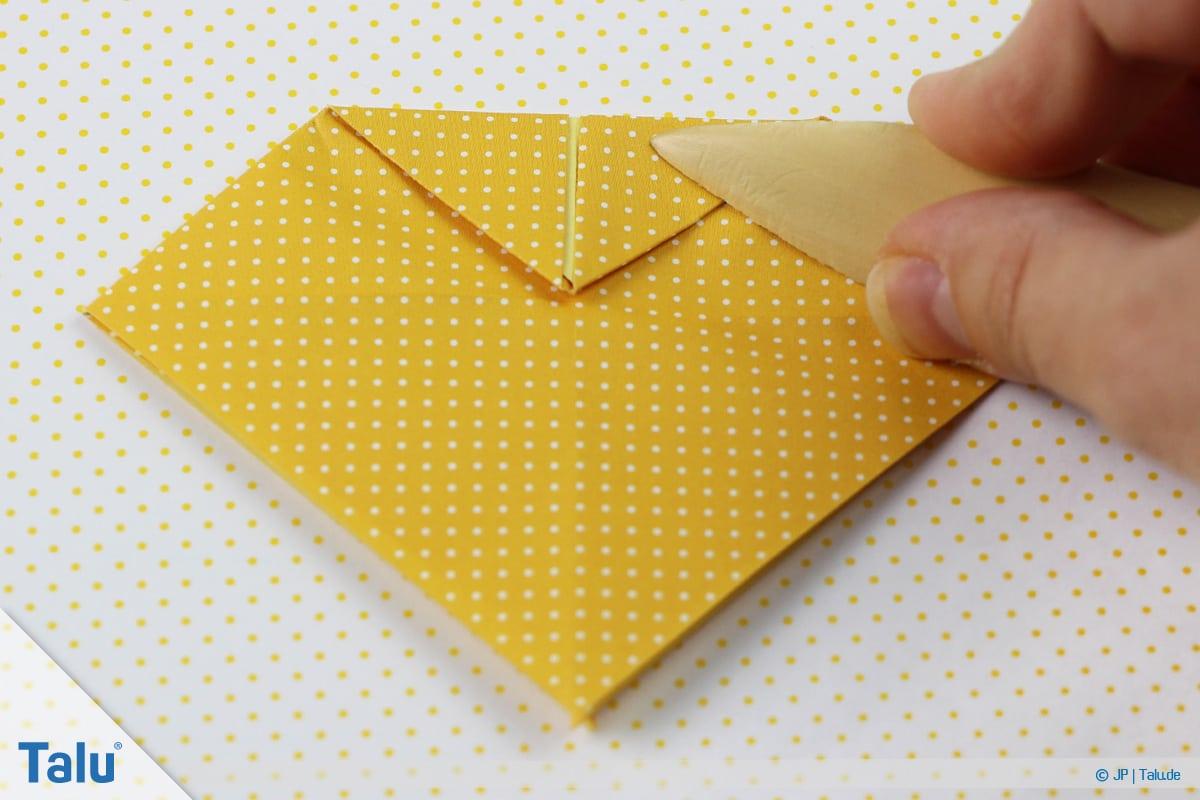Origami Boot, Schiff basteln, zweites Schiffchen, obere Ecke zur Mitte falten