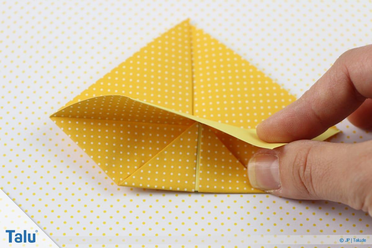 Origami Boot, Schiff basteln, zweites Schiffchen, obere Faltung nach unten biegen