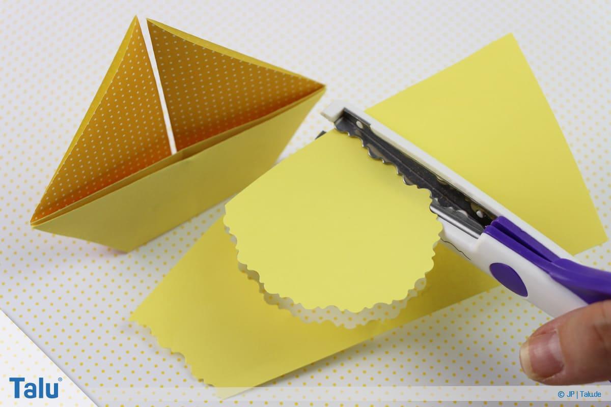 Origami Boot, Schiff basteln, zweites Schiffchen, Boot verzieren und Ellipse aus Papier ausschneiden