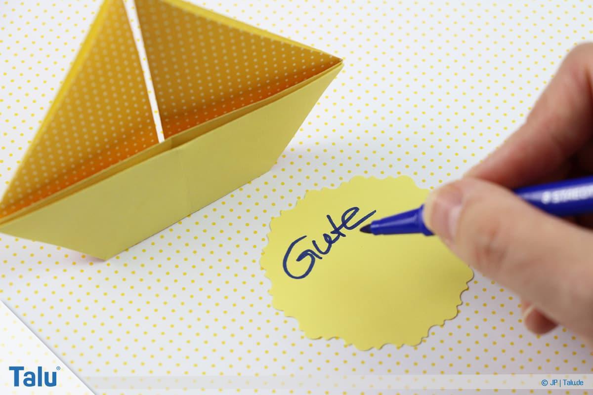 Origami Boot, Schiff basteln, zweites Schiffchen, Beschriftung vornehmen