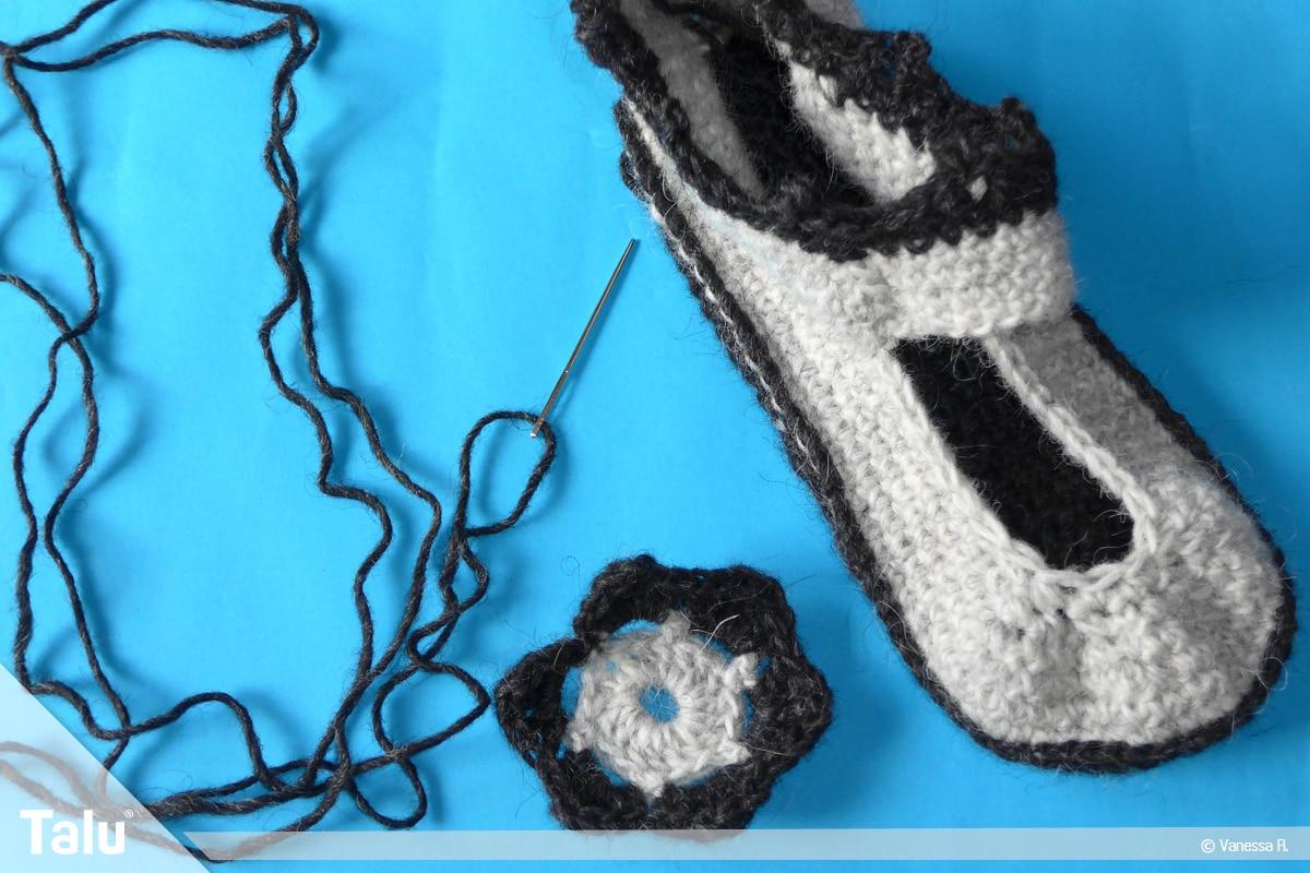 Schuhe häkeln für Erwachsene, Häkel-Hausschuhe, Blume annähen