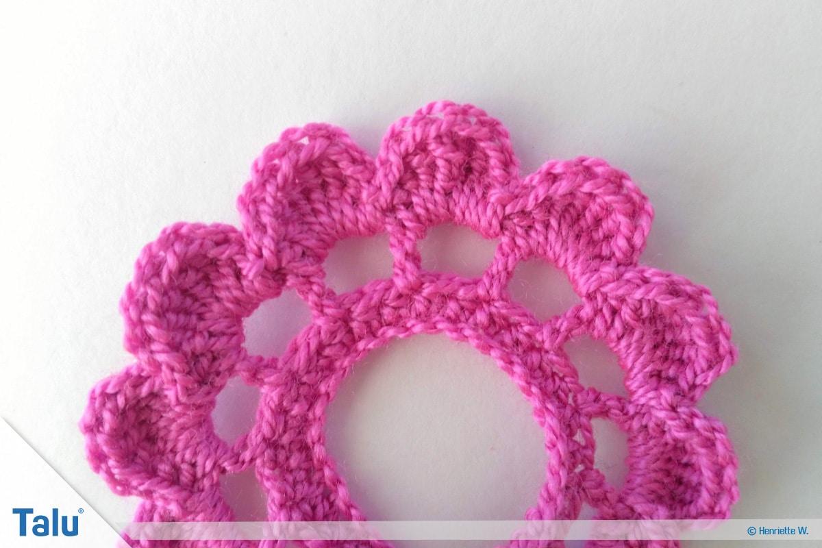 Blumenkette häkeln, Anleitung Blumengirlande, Rose häkeln, Häkelspirale zu Rose formen