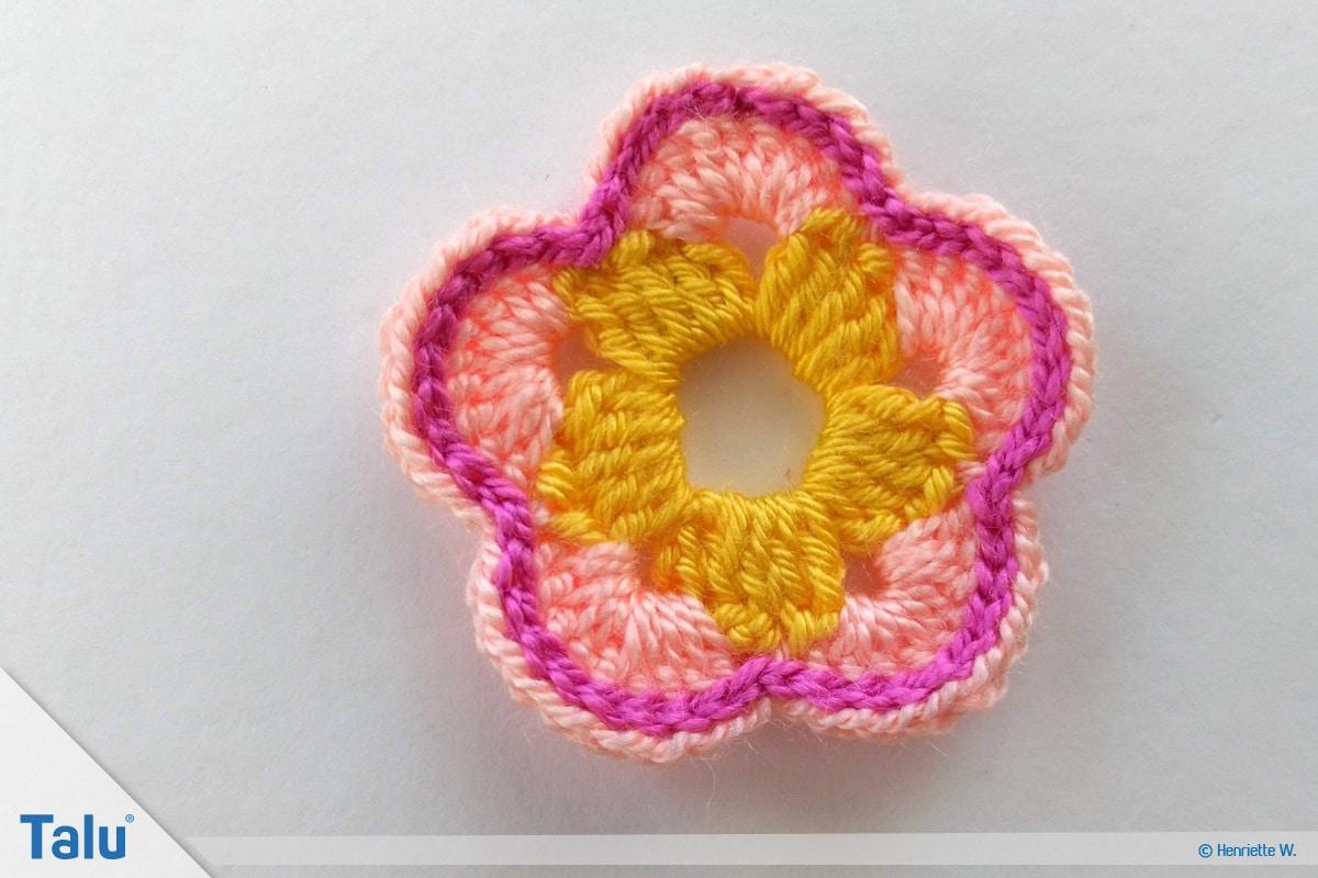 Blumenkette häkeln, Anleitung Blumengirlande, Fünfblättrige Blüte, mit Kettmaschen verzieren