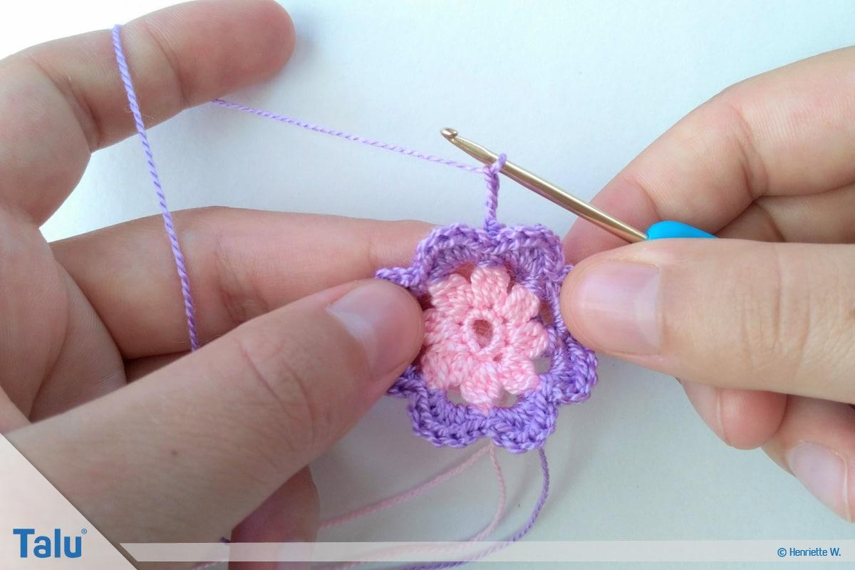 Blumenkette häkeln, Anleitung Blumengirlande, Blume mit drei Schichten, Luftmaschen