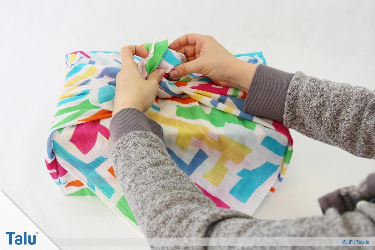 Furoshiki, Geschenke mit Stoff, Tüchern verpacken, Variante 1, Knoten binden