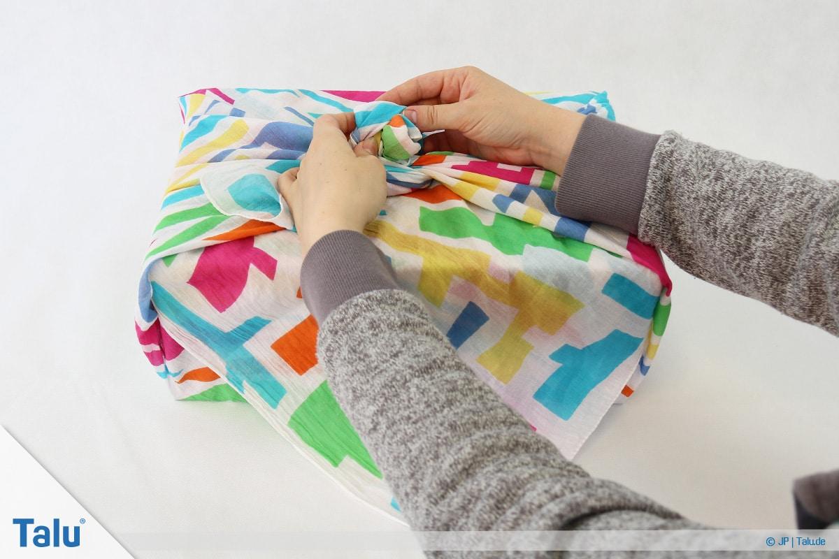 Furoshiki, Geschenke mit Stoff, Tüchern verpacken, Variante 1, Knoten mittig binden