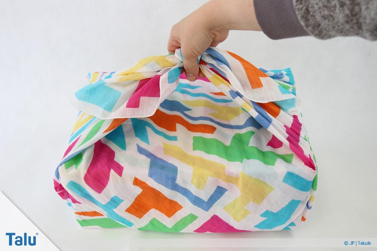 Furoshiki, Geschenke mit Stoff, Tüchern verpacken, Variante 1, Tragegriff-Möglichkeit