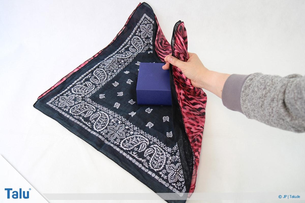 Furoshiki, Geschenke mit Stoff, Tüchern verpacken, Variante 2, Ecken des Tuches fassen
