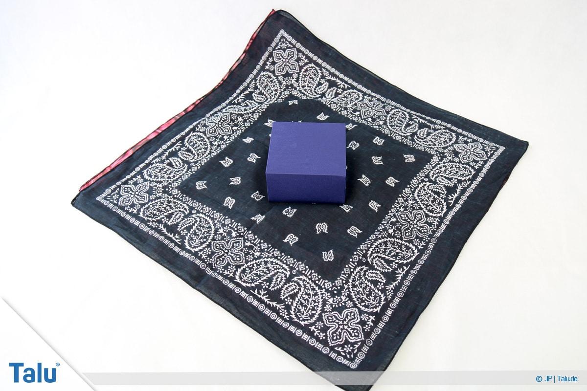 Furoshiki, Geschenke mit Stoff, Tüchern verpacken, Variante 2, Beginn
