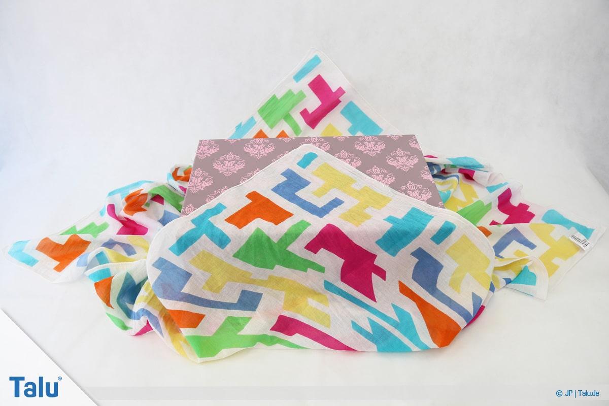 Furoshiki, Geschenke mit Stoff, Tüchern verpacken, Variante 1, Tuch-Ecke falten