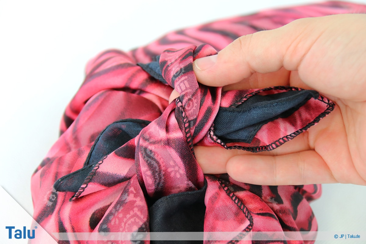 Furoshiki, Geschenke mit Stoff, Tüchern verpacken, Variante 2, Schleife vollenden
