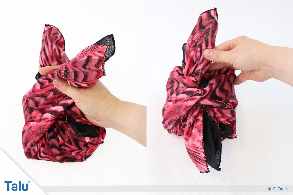 Furoshiki, Geschenke mit Stoff, Tüchern verpacken, Variante 2, beide restlichen Tuch-Enden fassen