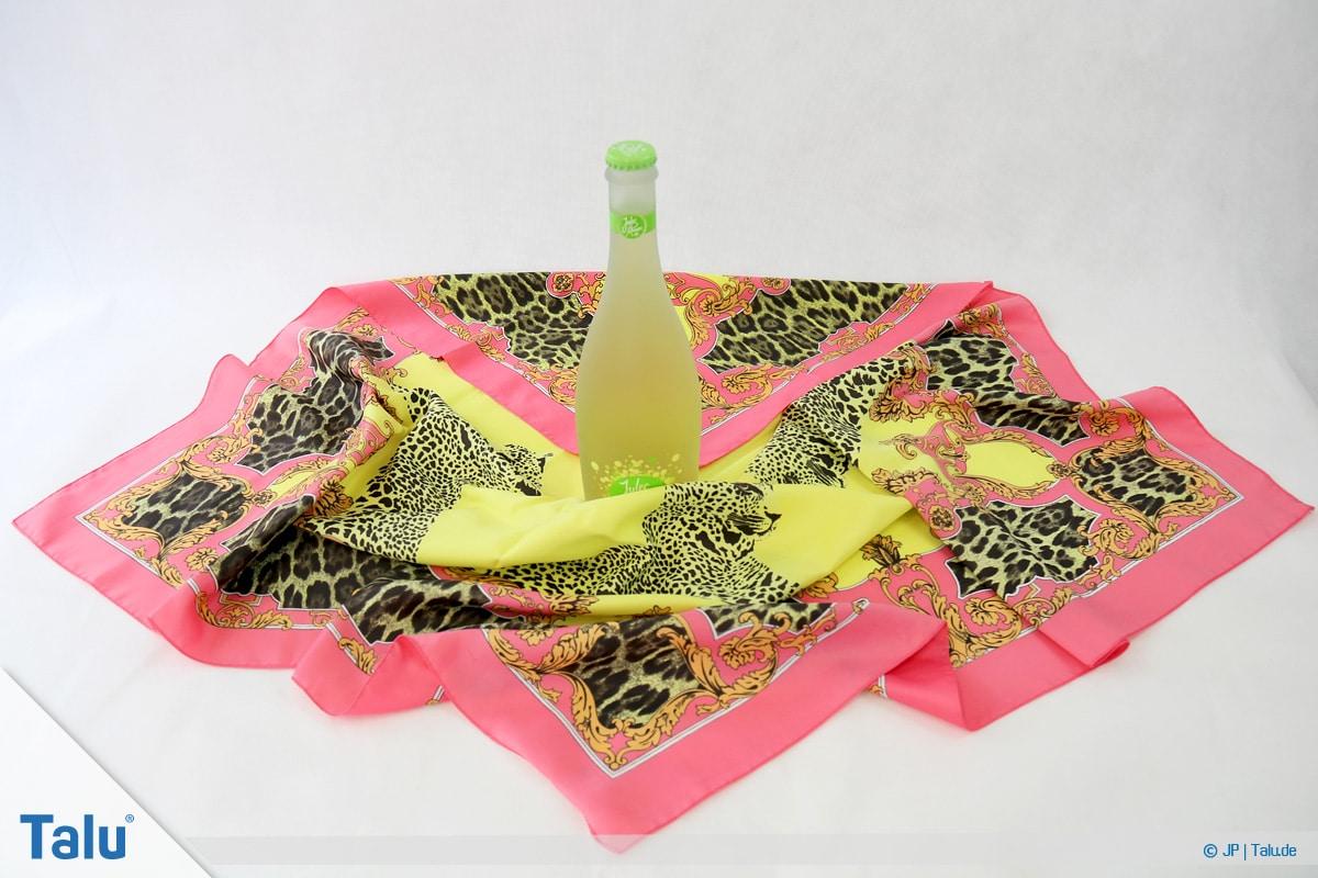 Furoshiki, Geschenke mit Stoff, Tüchern verpacken, Variante 3, hintere Ecke zur Mitte falten
