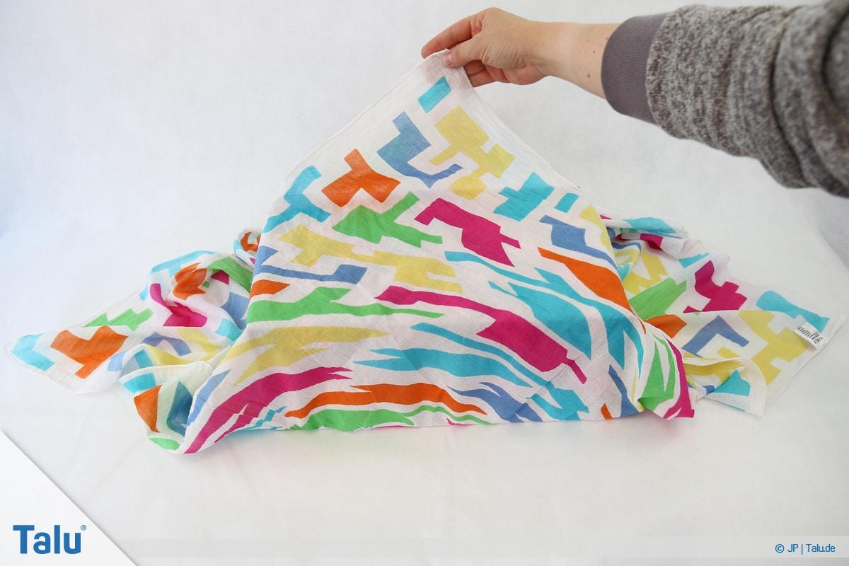 Furoshiki, Geschenke mit Stoff, Tüchern verpacken, Variante 1, Tuch-Ecke nach hinten falten