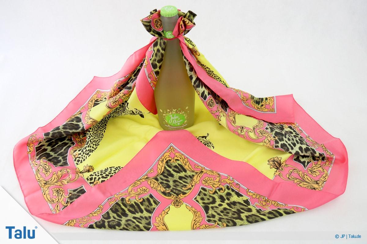 Furoshiki, Geschenke mit Stoff, Tüchern verpacken, Variante 3, Schritte an gegenüberliegender Ecke wiederholen