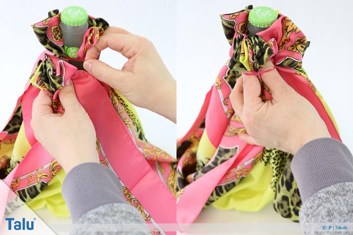 Furoshiki, Geschenke mit Stoff, Tüchern verpacken, Variante 3, gerafften Teil wieder unter Gummiband geben