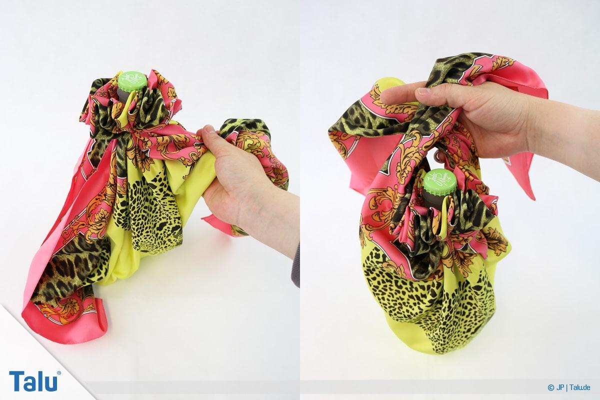 Furoshiki, Geschenke mit Stoff, Tüchern verpacken, Variante 3, freie Enden hinter Flasche führen