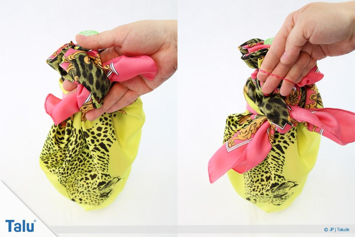 Furoshiki, Geschenke mit Stoff, Tüchern verpacken, Variante 3, Knoten festziehen und Gummiband entfernen