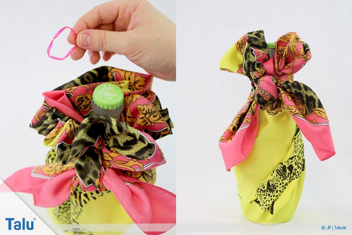 Furoshiki, Geschenke mit Stoff, Tüchern verpacken, Variante 3, fertig verpackte Flasche