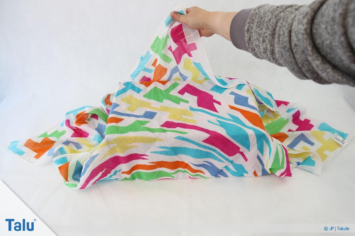 Furoshiki, Geschenke mit Stoff, Tüchern verpacken, Variante 1, hintere Tuch-Ecke falten