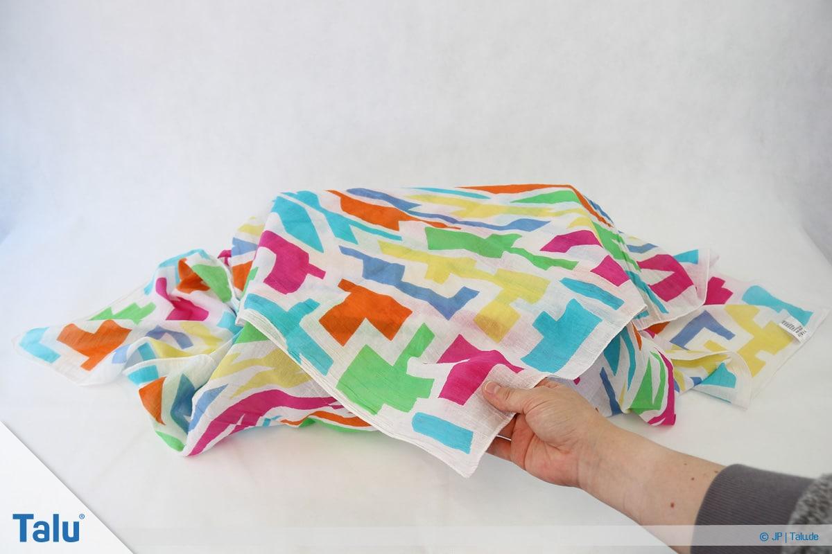 Furoshiki, Geschenke mit Stoff, Tüchern verpacken, Variante 1, Tuch-Spitze zeigt nach vorn