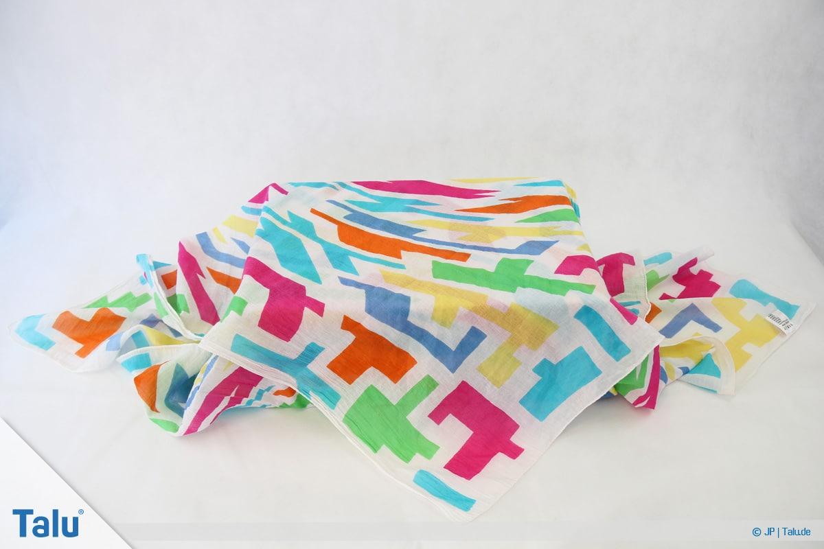 Furoshiki, Geschenke mit Stoff, Tüchern verpacken, Variante 1, Tuch bedeckt Geschenk