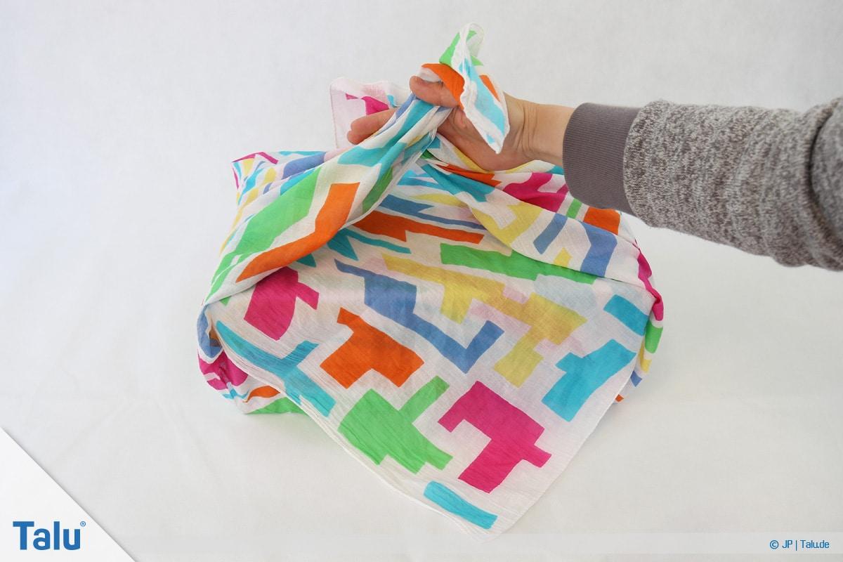Furoshiki, Geschenke mit Stoff, Tüchern verpacken, Variante 1, freie Tuch-Enden fassen