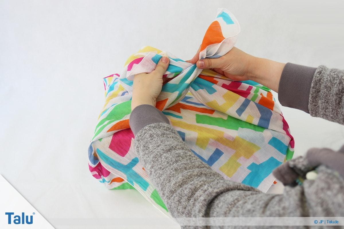 Furoshiki, Geschenke mit Stoff, Tüchern verpacken, Variante 1, freie Tuch-Enden überkreuzen