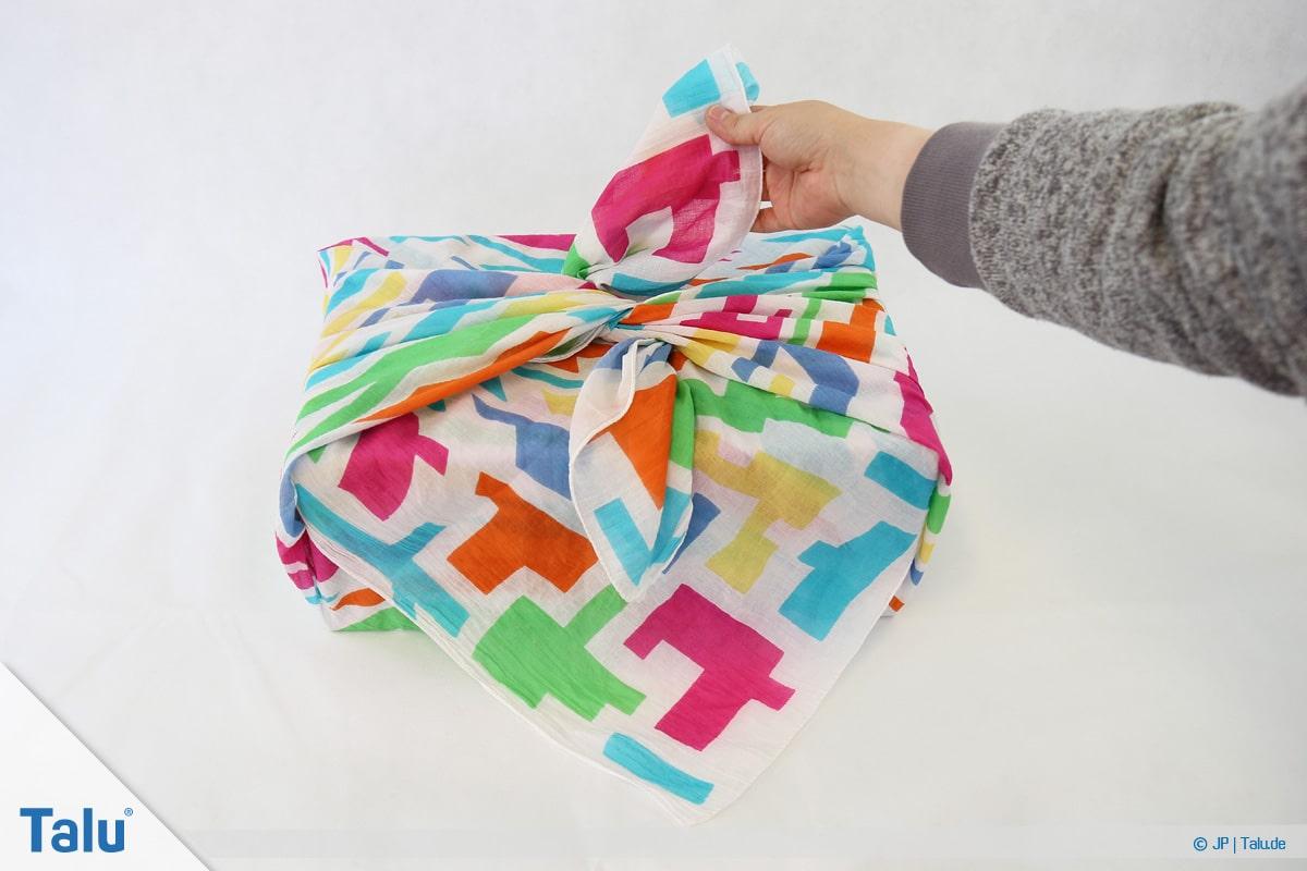 Furoshiki, Geschenke mit Stoff, Tüchern verpacken, Variante 1, Tuch-Enden festziehen