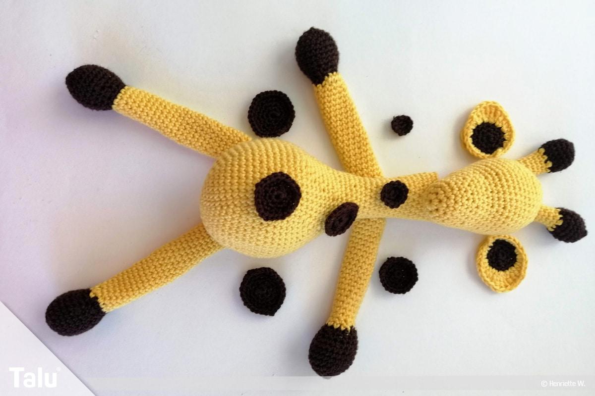 Giraffe häkeln, Amigurumi-Häkelgiraffe, Gliedmaßen und Kopf annähen