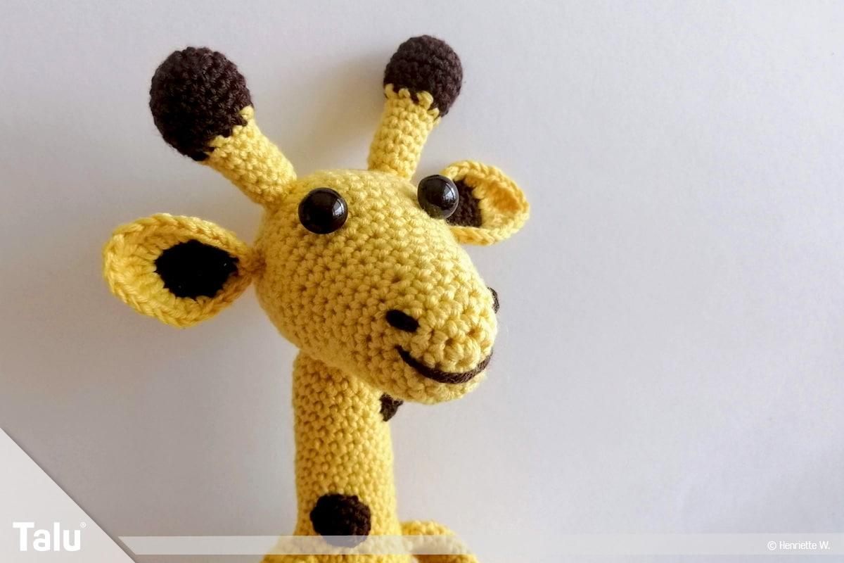 Giraffe häkeln, Amigurumi-Häkelgiraffe, angenähter Giraffen-Kopf
