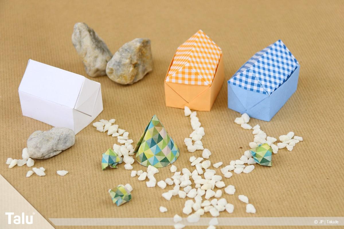 Haus aus Papier basteln, Papierhaus falten, fertige Papierhäuser