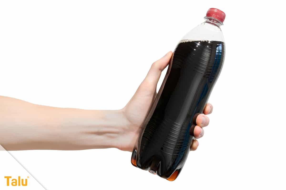 Ablagerungen in der Toilette entfernen, Cola-Flasche
