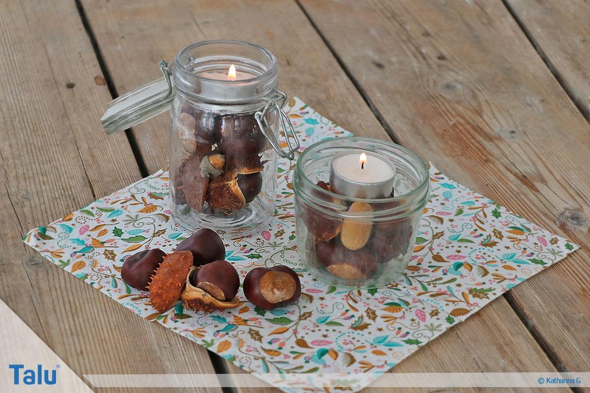 Herbst-Tischdeko selber machen, fertige Teelichter auf Kastanienbergen