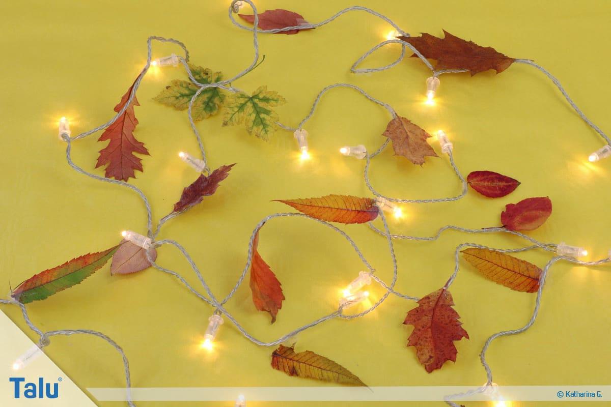 Herbst-Tischdeko selber machen, fertige Lichterkette mit Herbstlaub