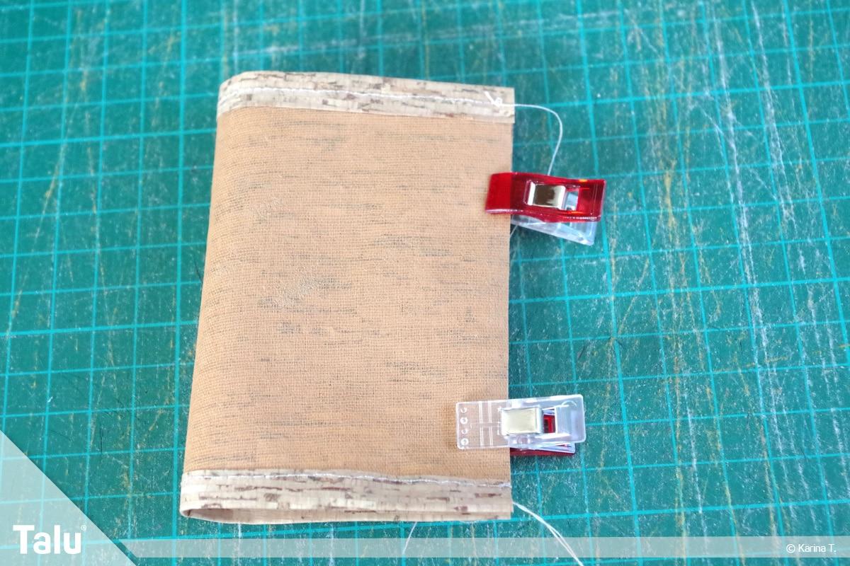 Origami Beutel nähen, Anleitung Origami-Wendetasche, Korkstoff auf die Hälfte legen
